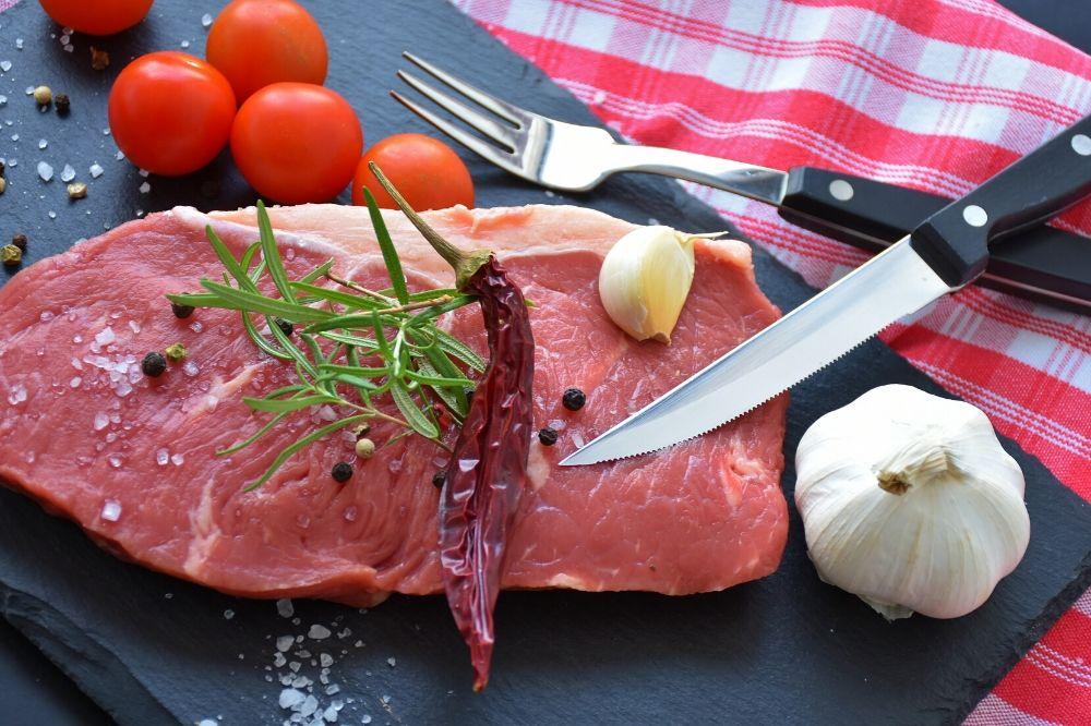 肉を食べないとタンパク質不足になる